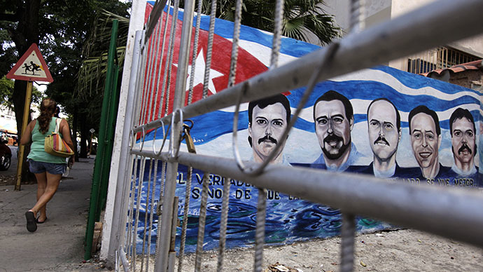 A mural, depicting five Cuban agents held in prison in the U.S. for over ten years, in Havana (Reuters / Enrique de la Osa)