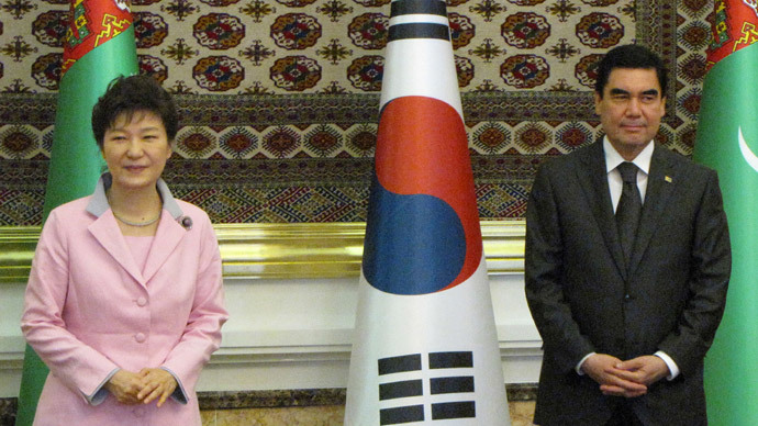 Turkmenistan's president Gurbanguly Berdymukhamedov (R) and his visiting South Korean counterpart Park Geun-Hye meet in Ashgabat on June 20, 2014. (AFP Photo)