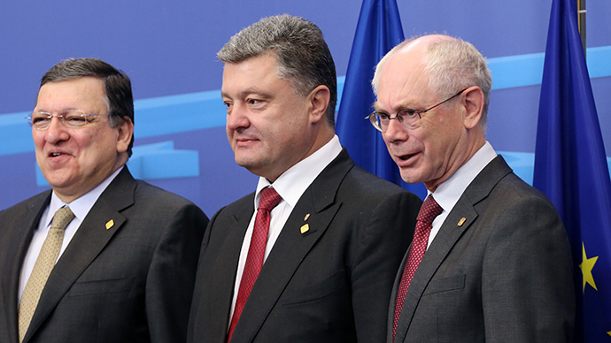 Ukraine's President Petro Poroshenko poses with European Commission President Jose Manuel Barroso (L) and European Council President Herman Van Rompuy (R) at the EU Council in Brussels June 27, 2014 (Reuters / Stringer)