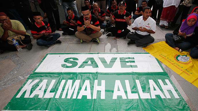 Muslim demonstrators display a banner outside Malaysia's Court of Appeal in Putrajaya, outside Kuala Lumpur (Reuters / Bazuki Muhammad)