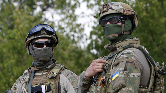 Ukrainian servicemen guard a checkpoint near the eastern Ukrainian town of Debaltseve, August 16, 2014. (Reuters / Valentyn Ogirenko)