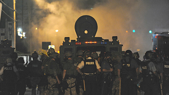 Police officers setup to push protesters to disperse during a protest by using tear gas on West Florissant Road in Ferguson, Missouri on August 17, 2014. (AFP Photo / Michael B. Thomas)