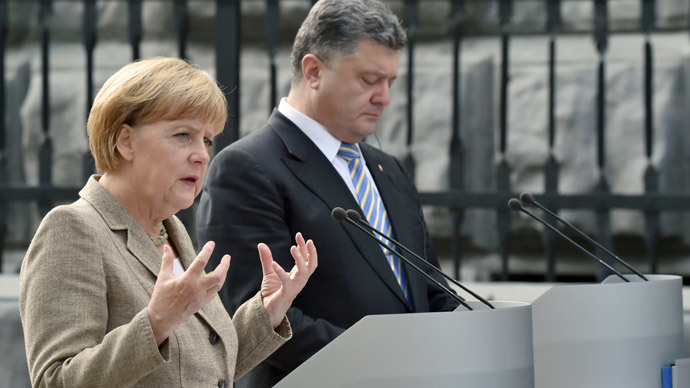 German Chancellor Angela Merkel (L) addresses the medias next to Ukrainian President Petro Poroshenko after their meeting in Kiev on August 23, 2014. (AFP Photo / Sergei Supinsky)