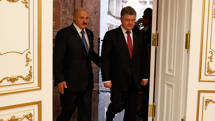 Belarus President Alexander Lukashenko (L) walks with Ukrainian President Petro Poroshenko during their meeting in Minsk, August 26, 2014.(Reuters / Grigory Dukor)