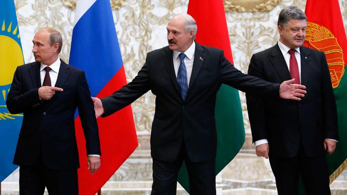(L-R) Russia's President Vladimir Putin, Belarus' President Alexander Lukashenko and Ukraine's President Petro Poroshenko react while posing for a family photo during their meeting in Minsk, August 26, 2014.(Reuters / Grigory Dukor )
