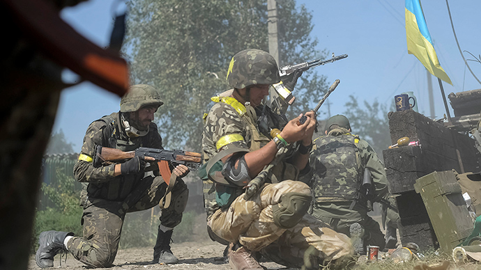 Ukrainian servicemen are seen at their position during fighting with anti-goverment fighters in the eastern Ukrainian town of Ilovaysk August 26, 2014 (Reuters / Maks Levin)