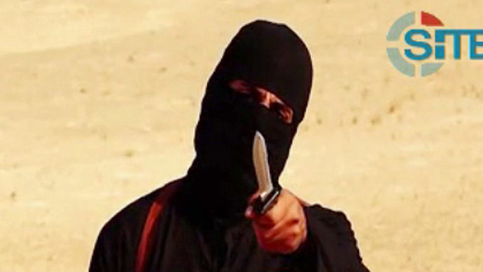An image grab taken from a video released by the Islamic State (IS) and identified by private terrorism monitor SITE Intelligence Group on September 2, 2014 purportedly shows a masked militant holding a knife and gesturing as he speaks to the camera in a desert landscape before beheading 31-year-old US freelance writer Steven Sotloff. (AFP Photo)