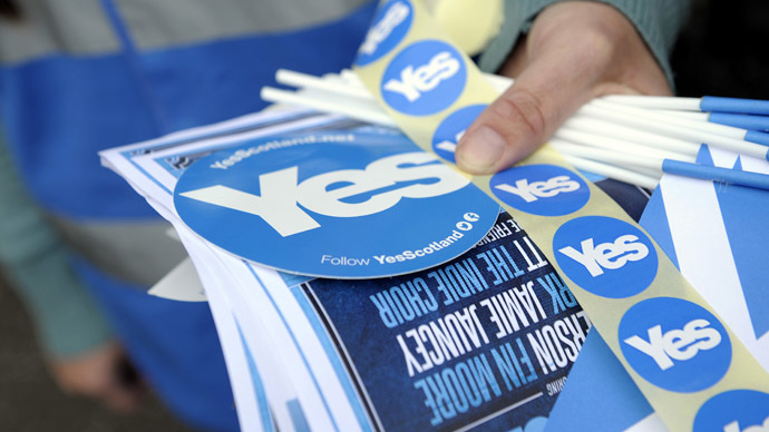 Pr-independence goodies are distributed by supporters outside the Birnam Highland Games in Perthshire, Scotland, on August 30, 2014. (AFP Photo)