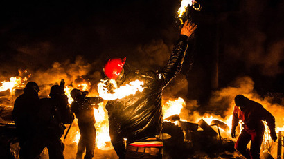 A Ukrainian anti-government protester throws a Molotov cocktail during clashes with riot police in central Kiev early on January 25, 2014. (AFP Photo / Dmitry Serebryakov)