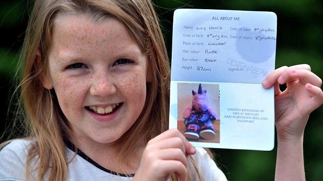 Niña británica pasa el control aduanero turco con el pasaporte de un unicornio rosa