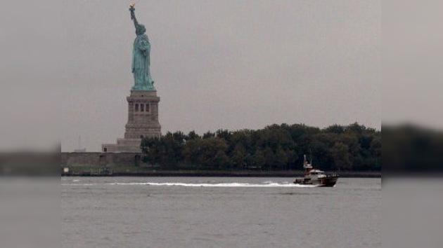 Una embarcación vuelca cerca de la Estatua de Libertad en Nueva York