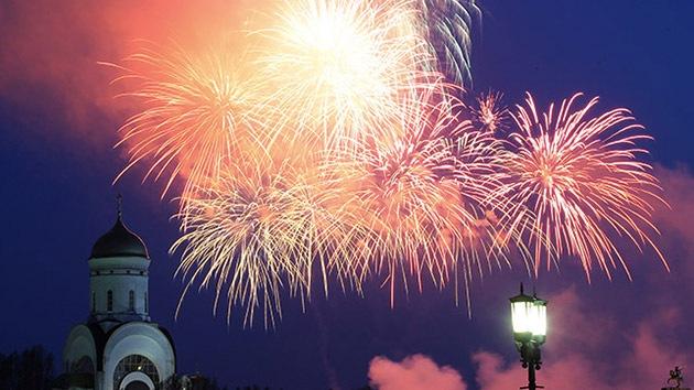 Video: Los fuegos artificiales cierran la celebración del Día de la Victoria en Moscú