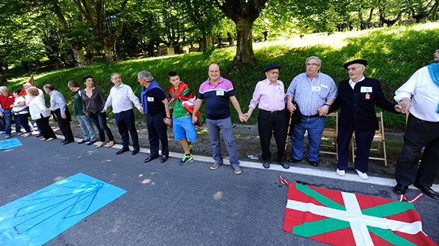 Cadena humana de 123 kilómetros recorre el País Vasco para 'desencadenarse' de España