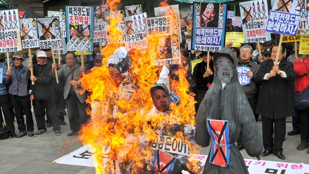 Video, fotos: Manifestantes de Seúl queman muñecos de los Kim de Corea del Norte
