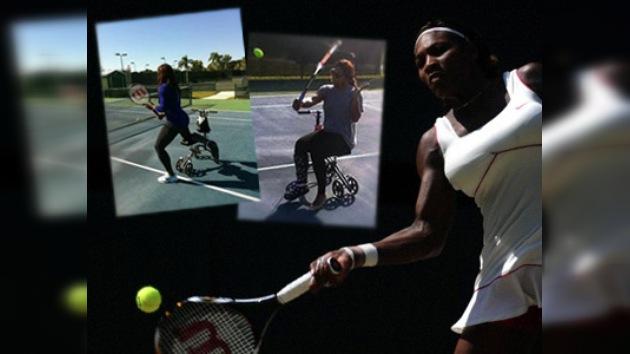 Una lesionada Serena Williams entrena sobre cuatro ruedas