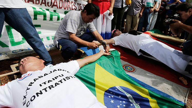 Tres trabajadores se crucifican para defender sus derechos laborales en Paraguay
