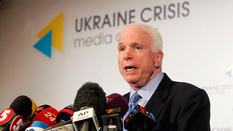 """John McCain: """"El uso de Kiev de bombas de racimo es culpa de Estados Unidos"""""""