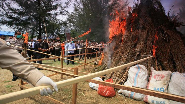 La Policía indonesia droga a un vecindario entero durante la quema de tres toneladas de marihuana