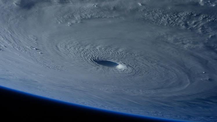 ¿Un agujero negro en la Tierra? El EEI capta imágenes del supertifón que se acerca a Filipinas