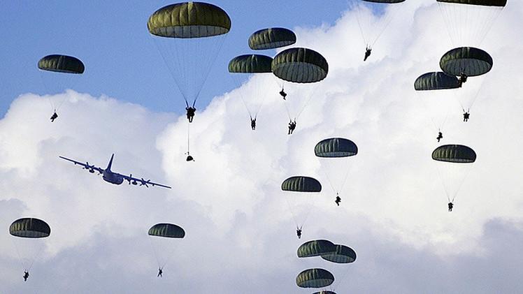 Paracaidistas de EE.UU. se entrenan a 85 kilómetros de la frontera rusa