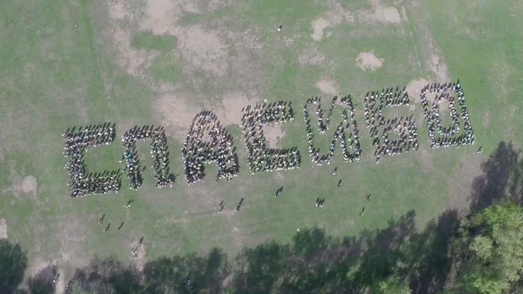 Impresionante: Un dron filma a 1.000 jóvenes formando la palabra 'Gracias' para los veteranos