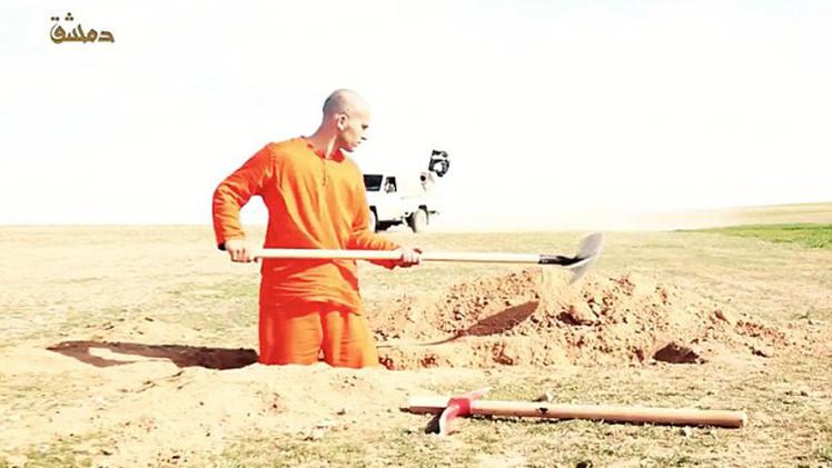 Fuertes imágenes: un preso del Estado Islámico cava su tumba antes de ser ejecutado