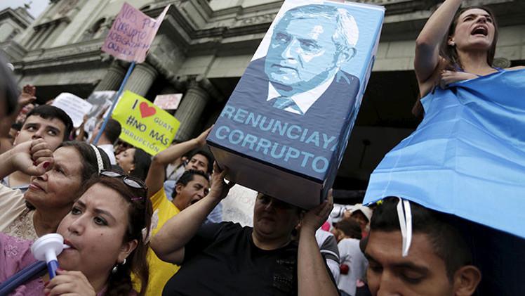 Guatemaltecos presentan acciones penales para investigar al presidente Pérez Molina