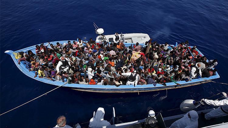 Impactantes fotos de inmigrantes libios hacinados en un barco de madera