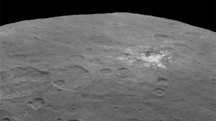 La NASA publica otra foto de la mancha brillante de origen desconocido en Ceres
