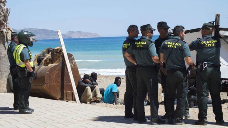 Video: Narcotraficantes descargan droga a plena luz del día en una playa española