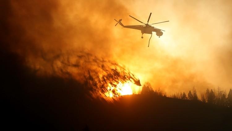 VIDEO: Un tornado de fuego emerge de un incendio forestal en EE.UU.
