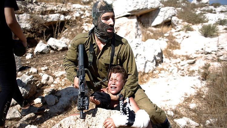 Fotos, video: Soldado israelí arresta brutalmente a un niño palestino