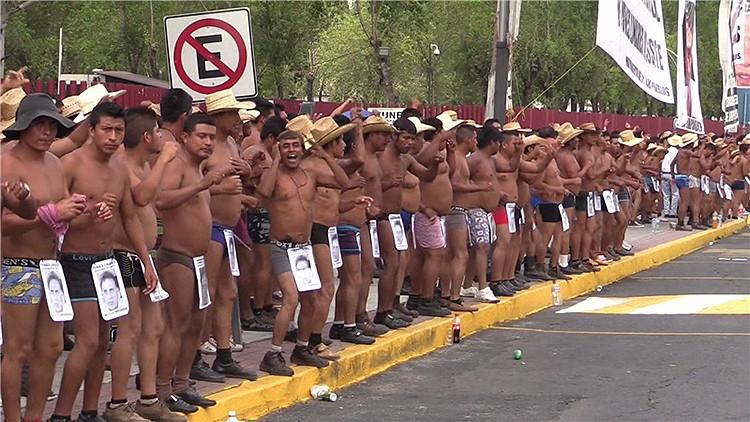 Video: Manifestantes bailan semidesnudos en la capital de México en contra de la corrupción