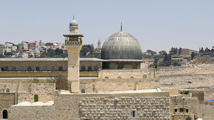 Colonos israelíes apoyados por el ejército asaltan la Mezquita de Al-Aqsa de Jerusalén