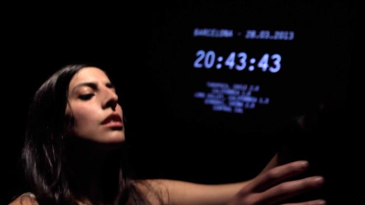 'Mujer terremoto': Una bailarina y cíborg española siente cada sismo en el mundo