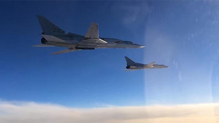 Golpes de venganza: Bombarderos estratégicos rusos cargan contra el EI en nuevos videos