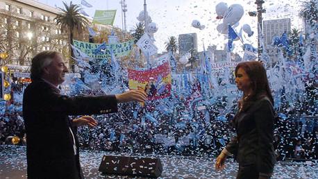 La presidenta de Argentina, Cristina Fernández de Kirchner, camina en dirección de su marido, el expresidente Néstor Kirchner, al final de una masiva manifestación registrada en Buenos Aires el 18 de junio de 2008.