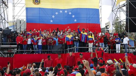 El presidente de Venezuela, Nicolás Maduro, saluda en Caracas a sus partidarios junto a los candidatos de su formación durante el último acto de campaña de las elecciones parlamentarias.