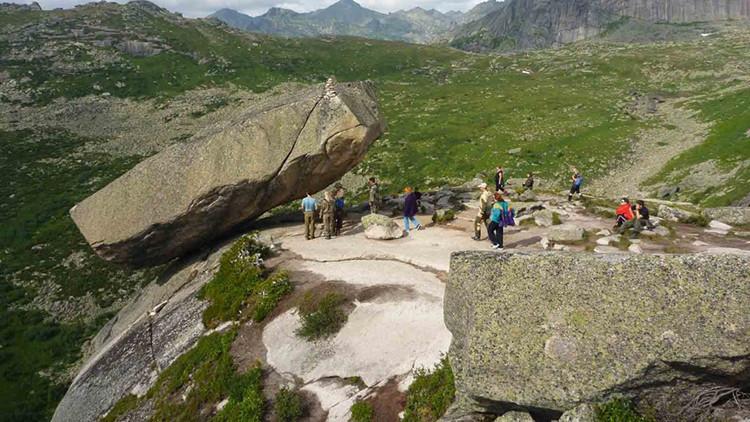 Una grieta amenaza a la roca que lleva miles de años violando las leyes de gravedad en Siberia
