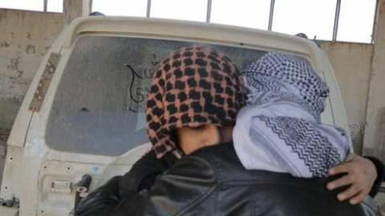 Sobrecogedor fotorreportaje: un niño suicida del EI se despide de su padre antes de inmolarse