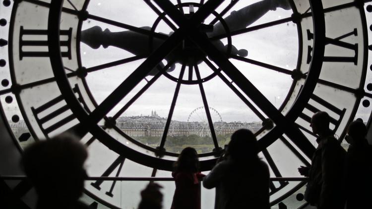 Científica explica por qué el tiempo fluye hacia adelante y no al revés