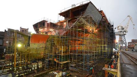 El casco del rompehielos Árktika en un astillero del estuario del Nevá
