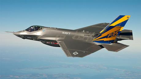 Un caza F-35C realiza un vuelo de prueba sobre la bahía de Chesapeake, EE.UU., febrero de 2011