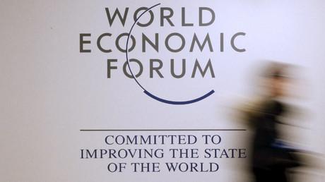 Una persona pasa frente al logotipo del Foro Económico Mundial en el centro de congresos antes de que se inicie la reunión anual de 2016 en Davos, Suiza.