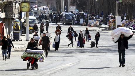 Residentes del distrito sur de la provincia Diyarbakir, de mayoría kurda, huyen de sus casas. Turquía, 27 de enero 2016.
