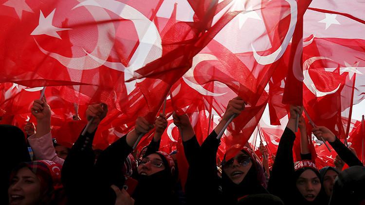 """'Le Monde': """"La paranoia de las autoridades turcas está en su apogeo"""""""