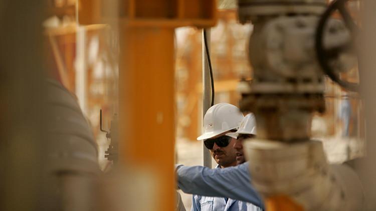 Irán acepta congelar la producción de petróleo