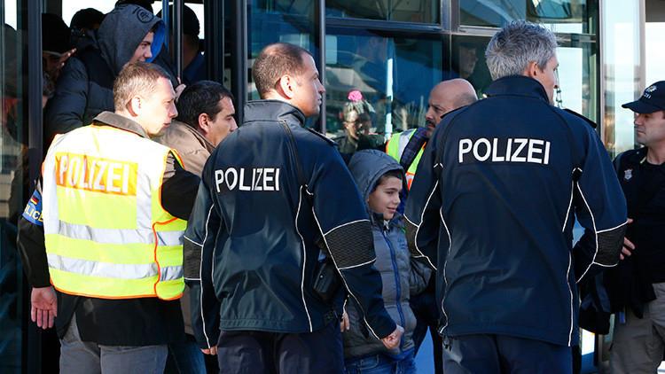 Recibimiento hostil: una agresiva multitud hace llorar a un niño refugiado en Alemania (video)