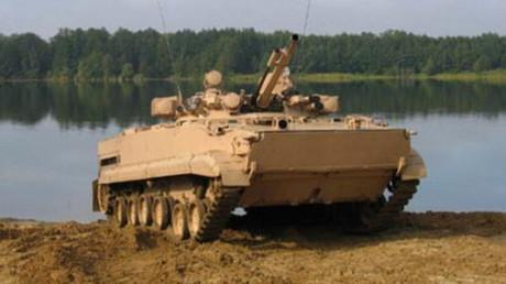 Un vehículo blindado de infantería equipado con el sistema de protección activo Shtora-1