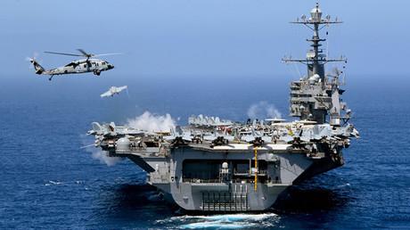 USS John C. Stennis, el séptimo portaaviones de propulsión nuclear de la clase Nimitz de la Marina de Estados Unidos, lleva a cabo una operación en el océano Pacífico.